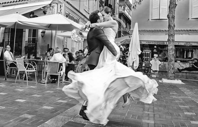 photo de couple de mariés dans les rues d'antibes