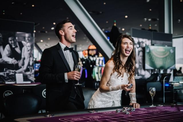 couple de marié au casino à antibes