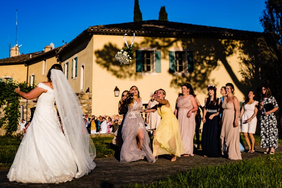 photo lancé de bouquet mariage provence
