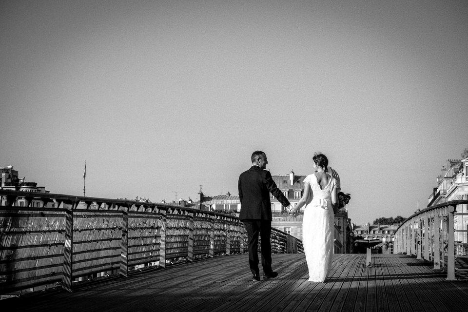 photo de mariés sur un pont à paris